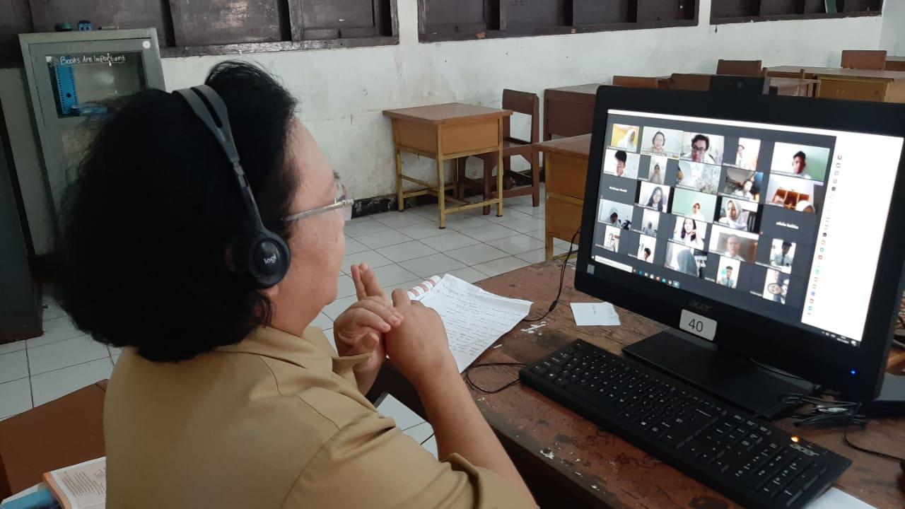 F:\LAP JOKO\SEKOLAH DIBUKA\SEKOLAH FOTO\SMAN 7 tangerang\guru mengajar daring siswanya di rmh.jpg