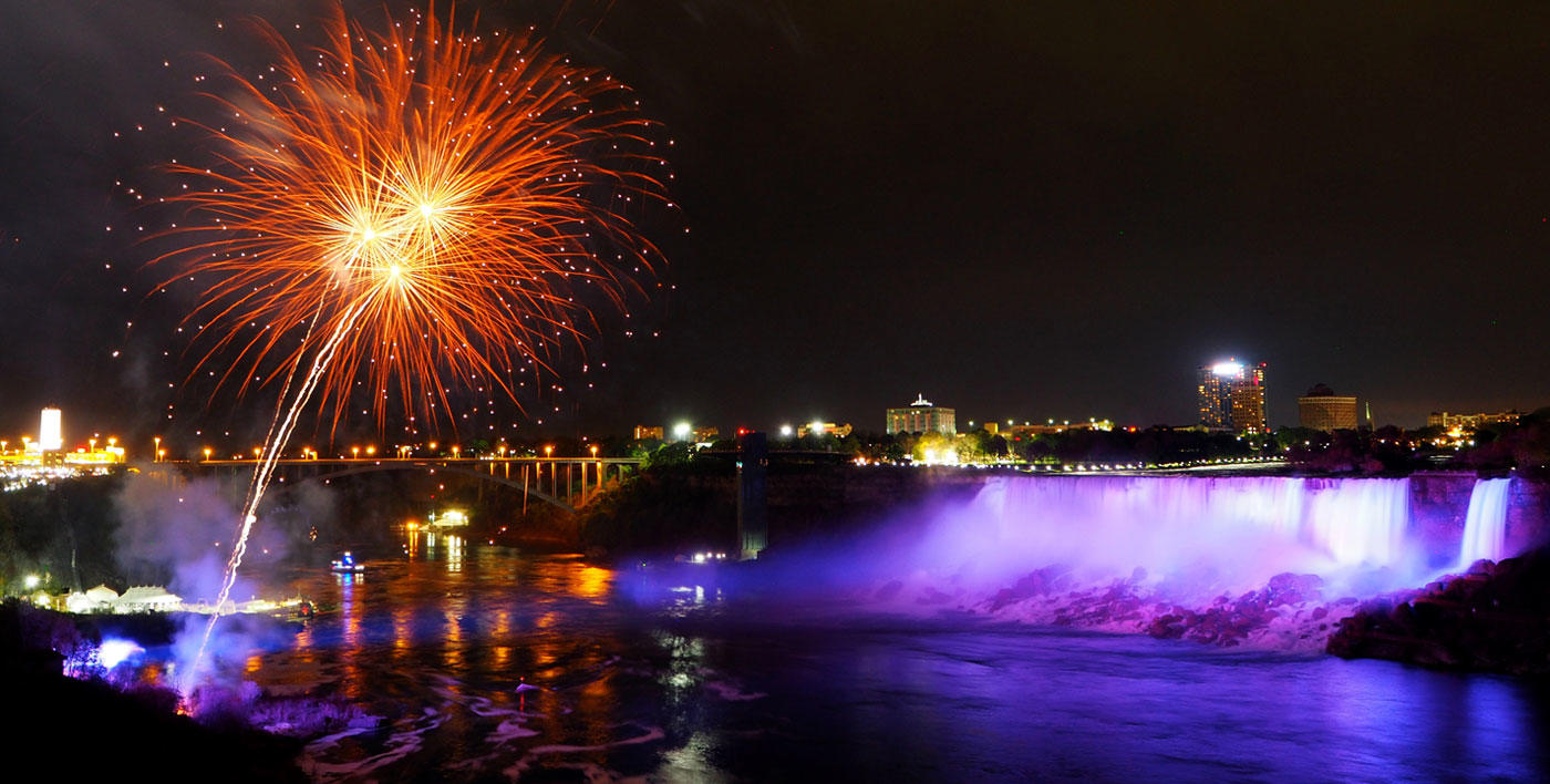 fireworks_over_niagara_falls_on_new_years_eve