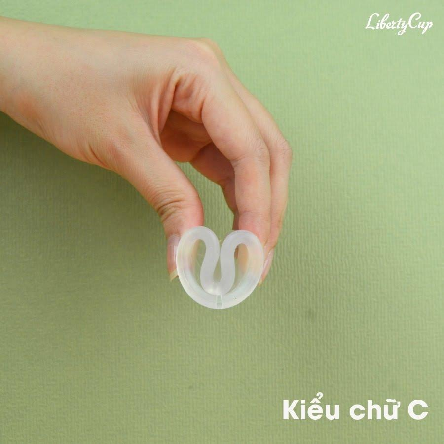 Gấp cốc nguyệt san kiểu chữ C là cách đơn giản nhất