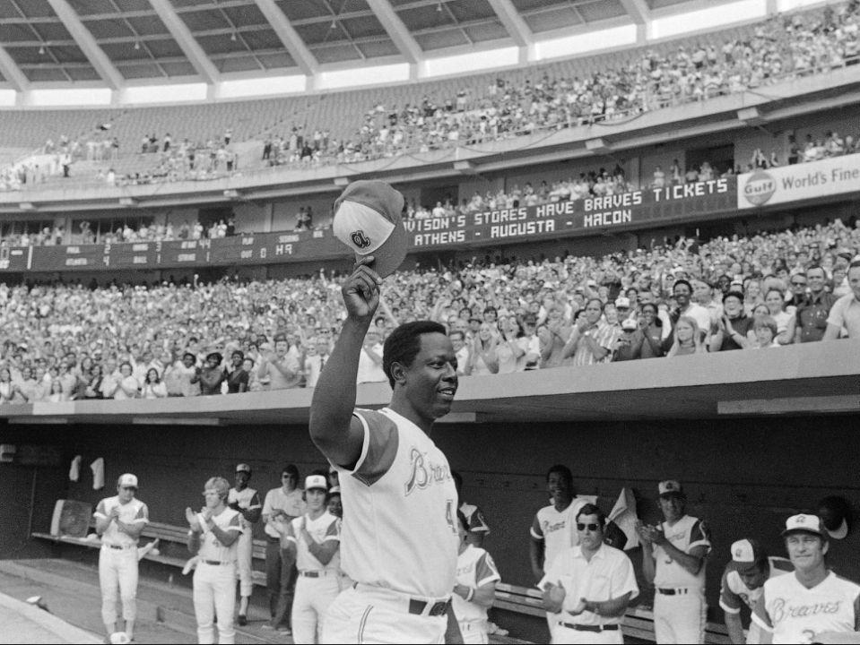 Foto en blanco y negro de un estadio de béisbol  Descripción generada automáticamente