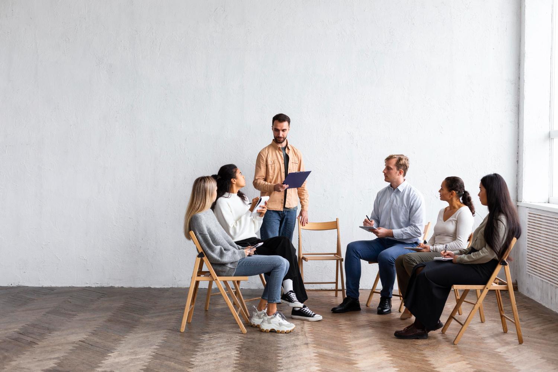 No psicodrama, as sessões podem ser em grupo, com encenações dos problemas dos pacientes (Imagem: Freepik)