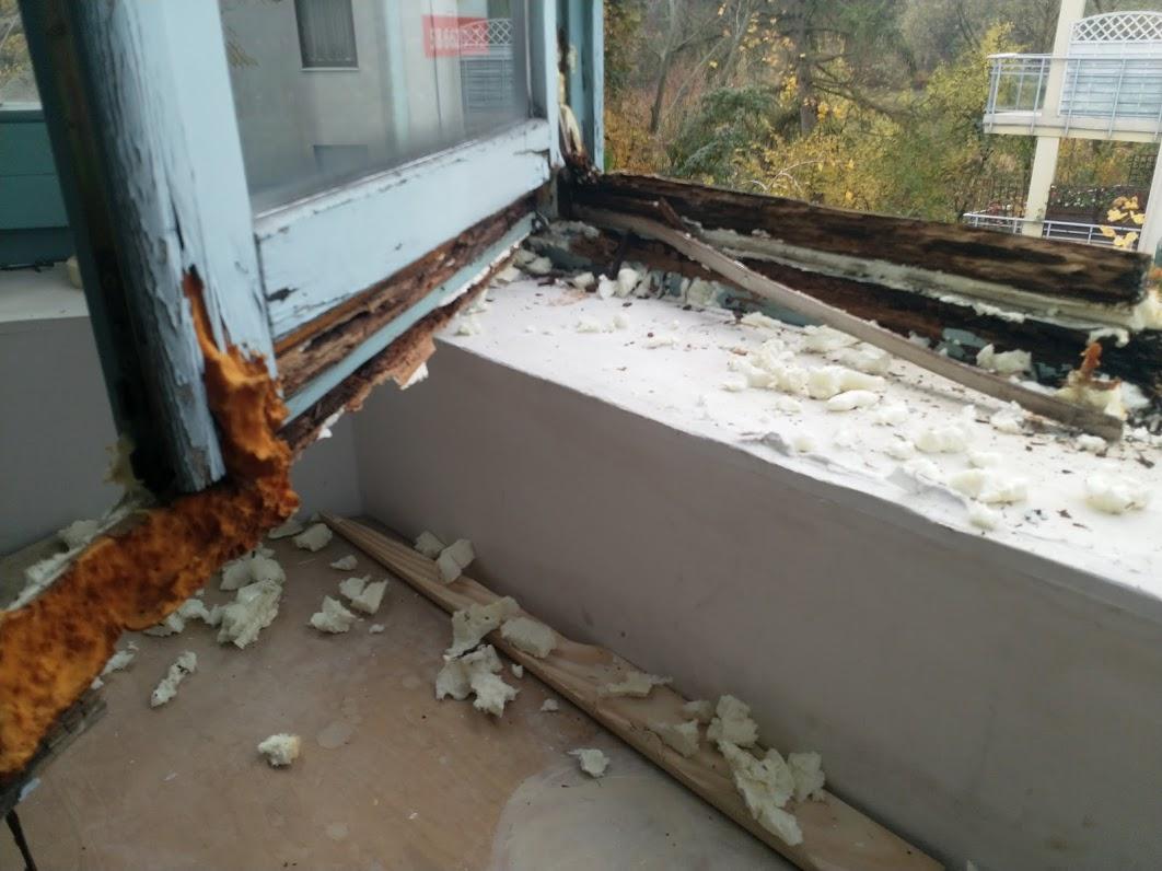 Zniszczone okno drewniane przed renowacją