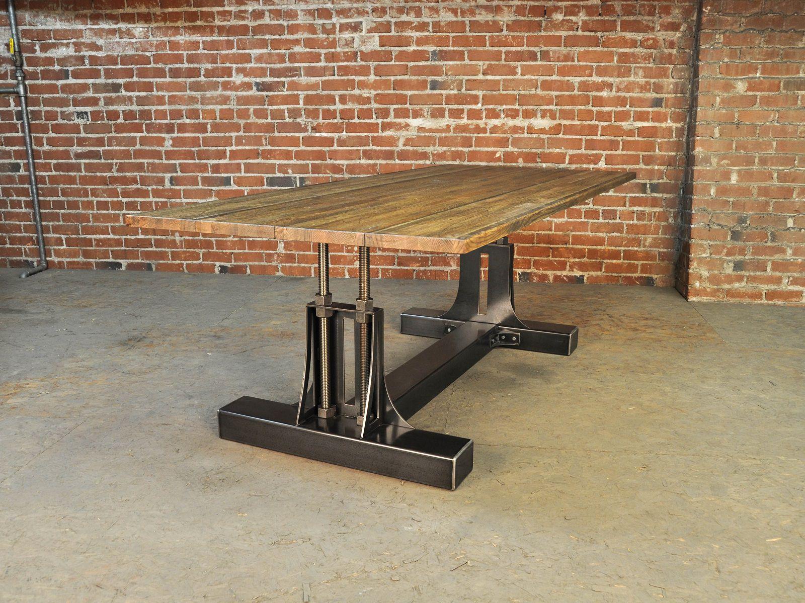 Aksen besi pada kaki meja yang dipadukan dengan kayu bergaya rustic - source: keribrownhomes.com