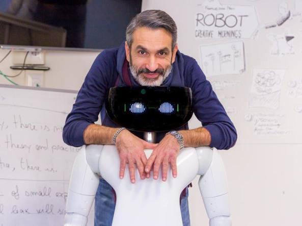 Giorgio Metta, il vicedirettore dell'IIT con il robottino R1