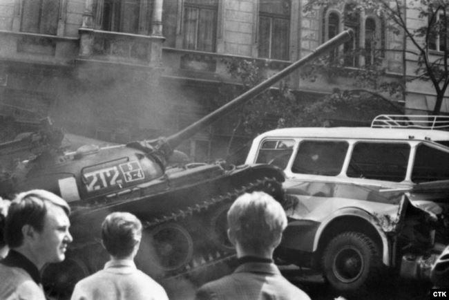 Радянський танк проривається скрізь барикади, влаштовані жителями Праги біля будівлі Чехословацького радіо, 21 серпня 1968 року