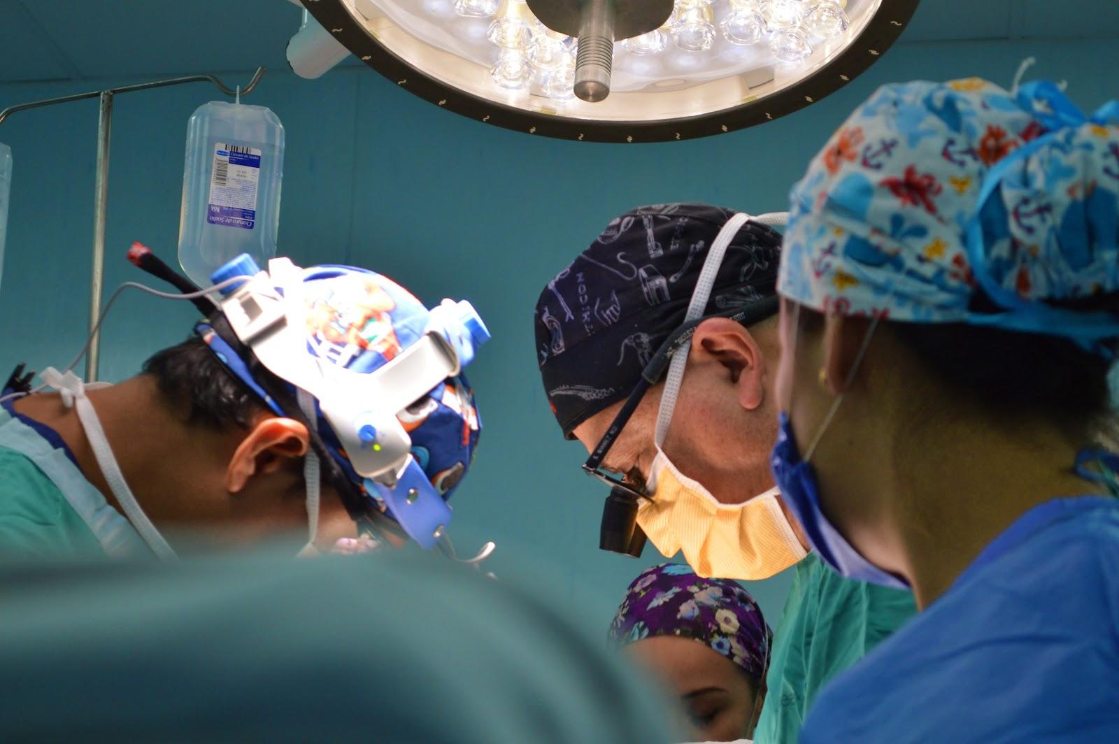 Médicos reunidos em operação