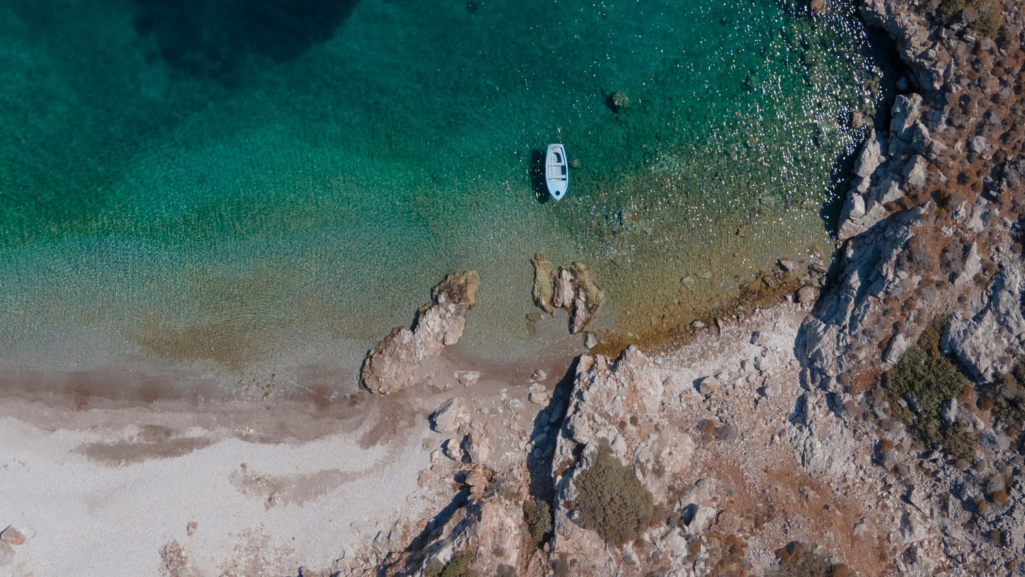Уединенный для отдыха на яхте пляж на острове Патмос