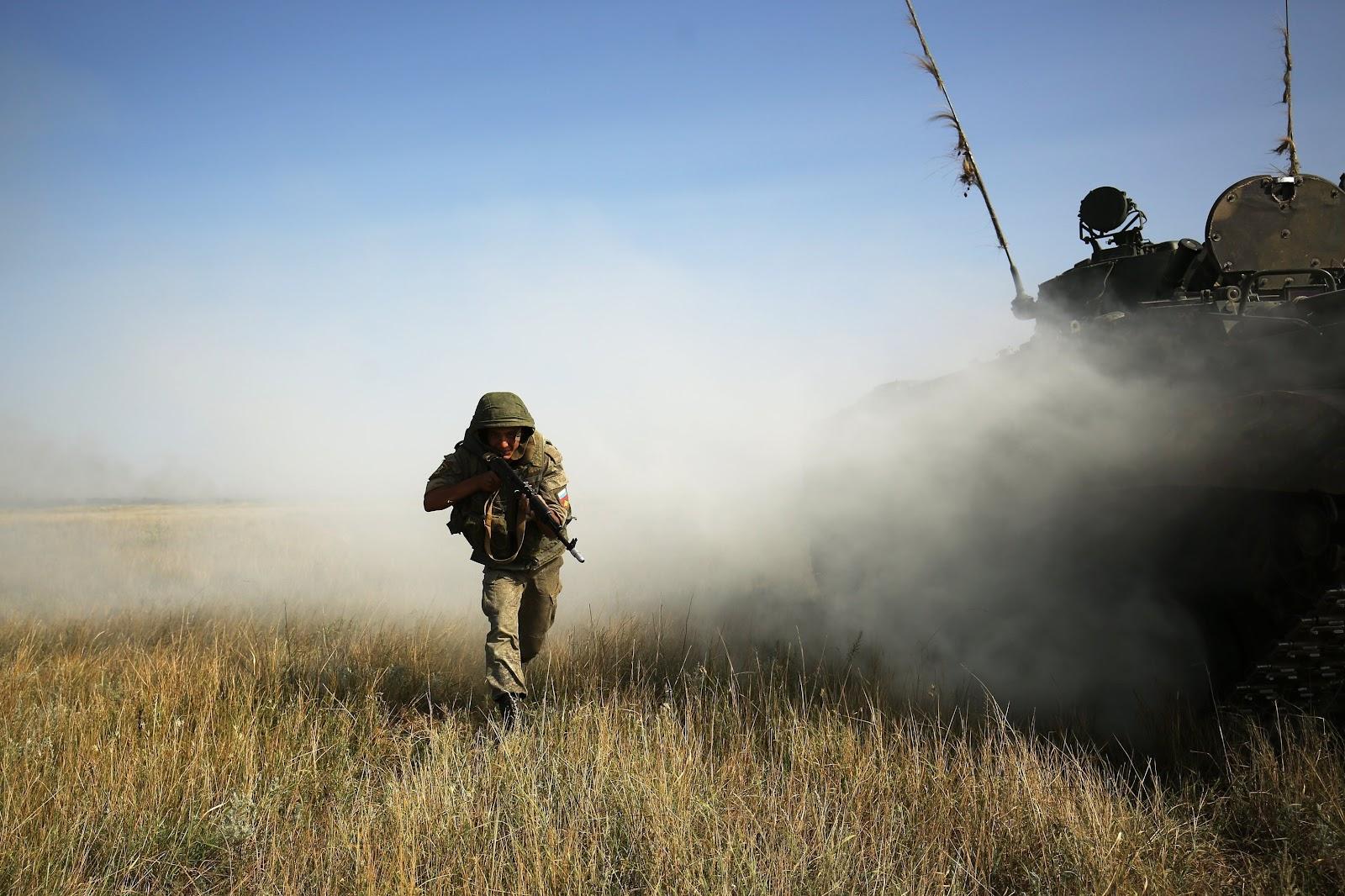 Военнослужащий во время ротно-тактических учений Южного военного округа
