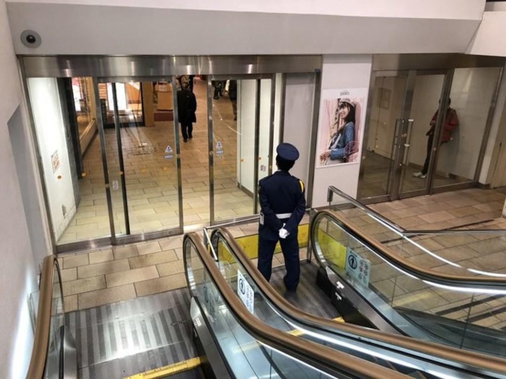 Nhân viên canh giữ thang máy hỏng