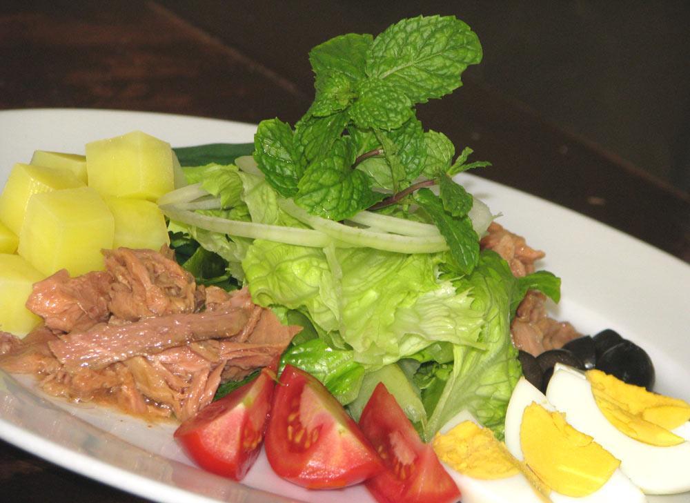 cách làm salad trộn cá ngừ đơn giản 9
