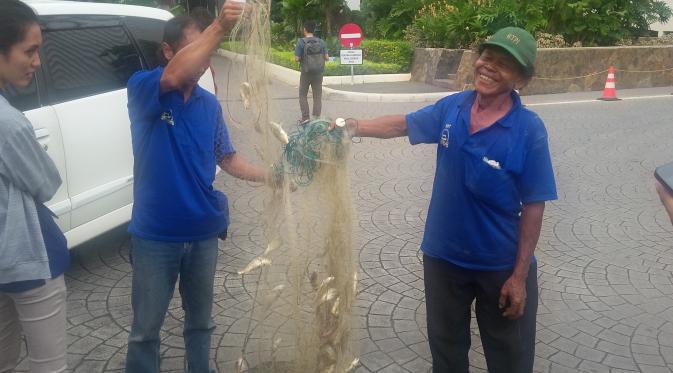 Para nelayan Muara Angke yang tergabung dalam Komunitas Nelayan Tradisional (KNT) membawakan Gubernur DKI Jakarta Basuki Tjahaja Purnama atau Ahok ikan