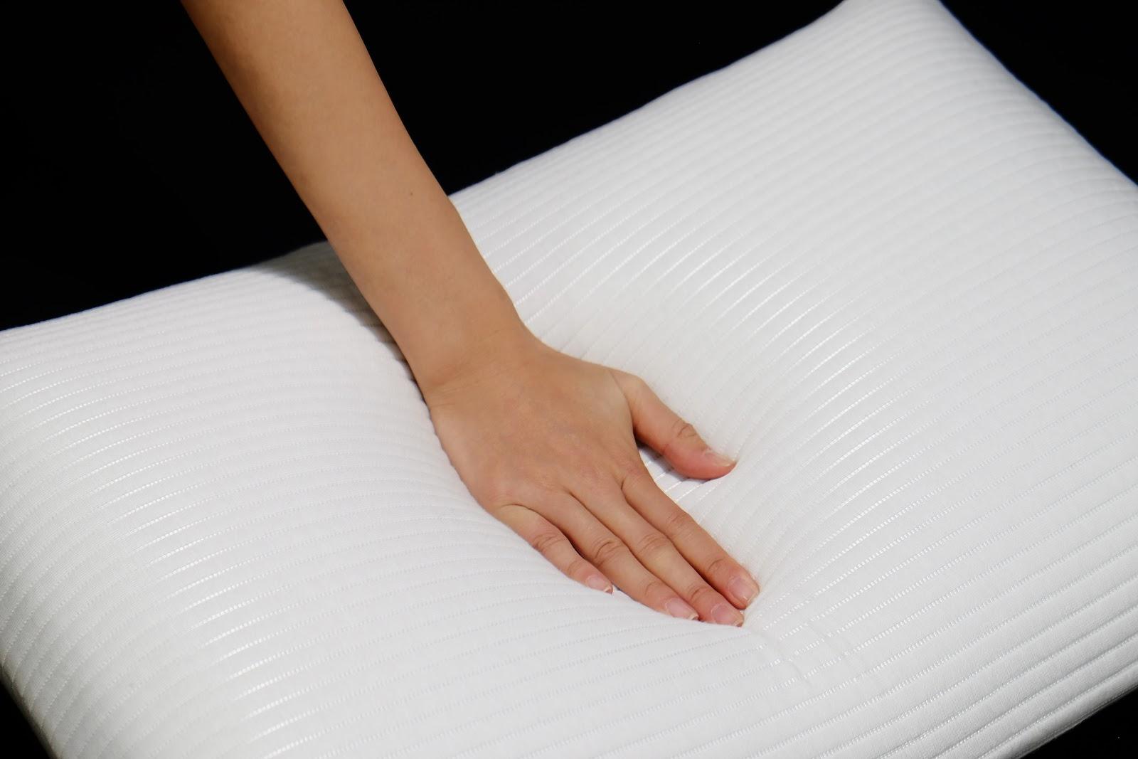 Kiểm tra chất lượng ruột gối ngủ trước khi mua