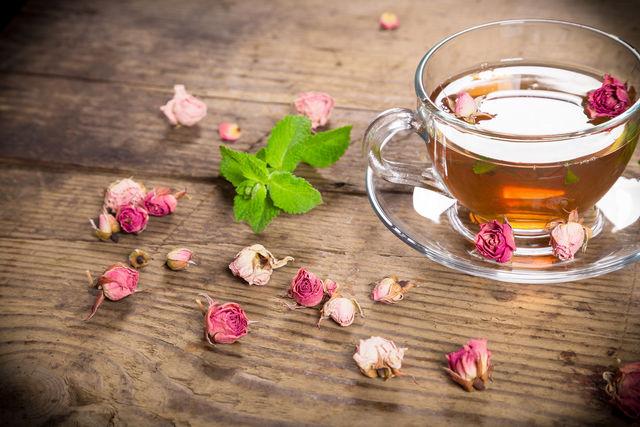 Подача чая в стеклянной чашке с бутонами роз