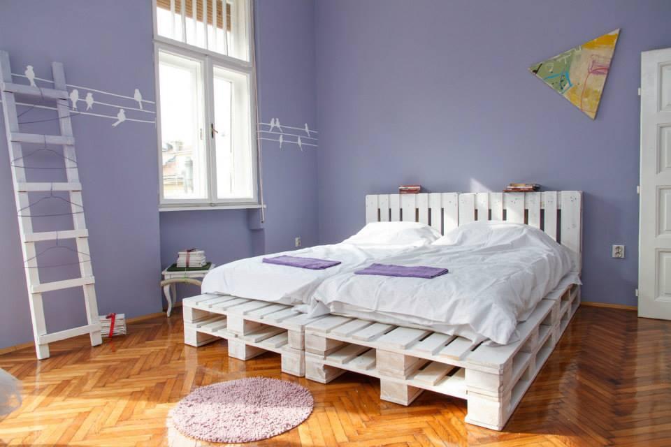Кровать покрашенная в белый цвет