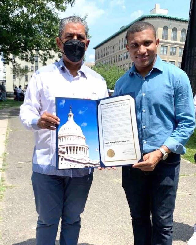 Congresista de EE.UU Adriano Espaillat reconoce al periodista Vargavila Riverón por sus aportes en la comunicación