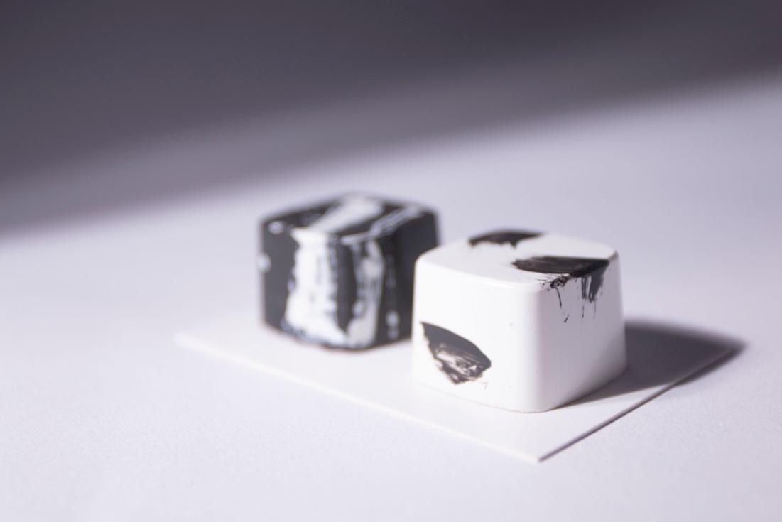 圖/墨色:生姜鳳梨巧克力。白色:日本柚子巧克力