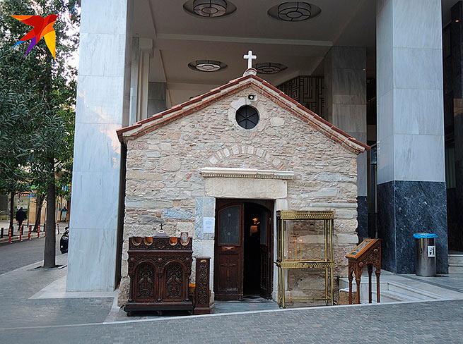 Греческие церкви обычно маленькие и уютныe