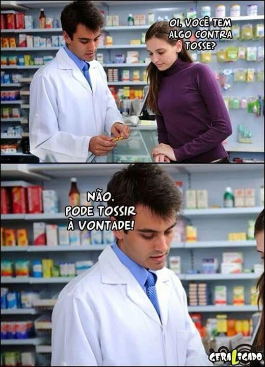 """A imagem mostra o meme de uma mulher na farmácia. Ele pergunta: """"Você tem algo contra tosse?"""" e ele responde """"não, pode tossir à vontade!"""""""