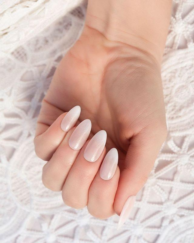 Efekt syrenki napaznokciach wstylu francuskiego manicure