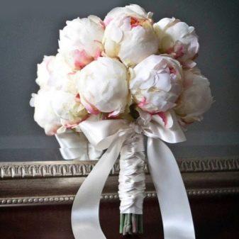 Букет сфера из пионов для невесты