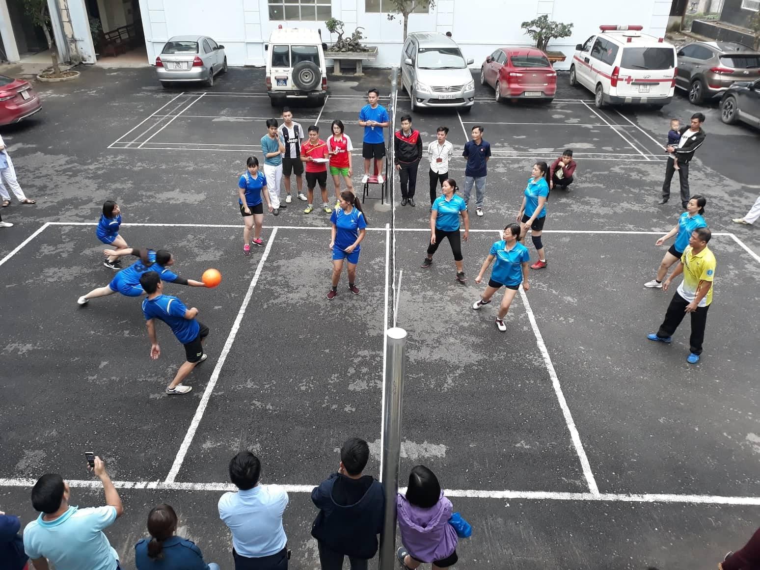 Giải bóng chuyền nữ kỉ niệm 109 năm ngày quốc tế phụ nữ tại trung tâm y tế huyện Cẩm Khê