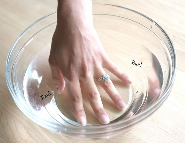Enlever une bague avec un elastique