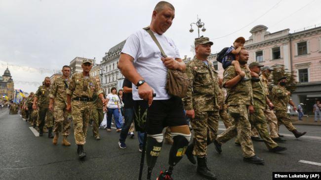 Учасник бойових дій, який втратив обидві ноги, захищаючи Україну від агресії Росії