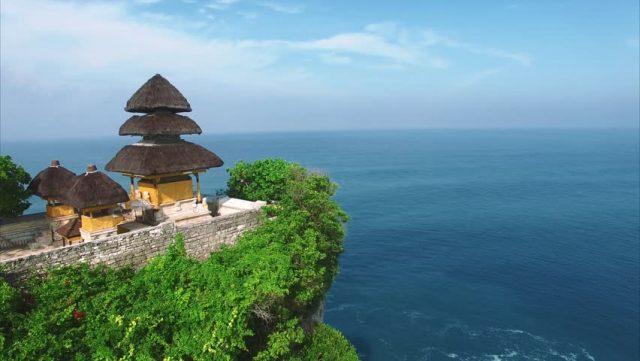 Đền Uluwatu nằm chênh vênh trên vách núi ngay sát bờ biển