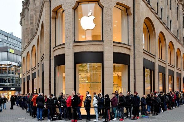 Десятки клиентов стоят в очереди у магазина Apple, Кельн, Германия