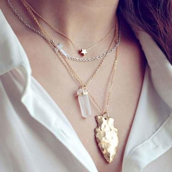 Сочетание серебряных и золотых цепочек