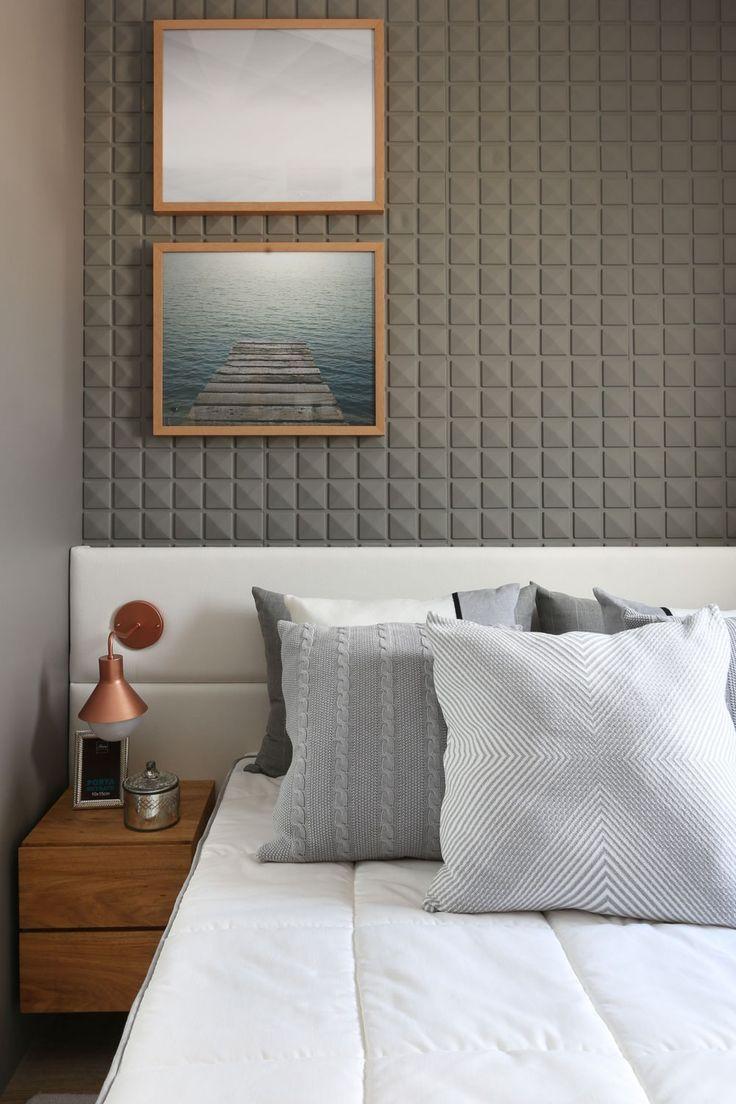 Cabeceira estofada branca com revestimento cinza 3D na parede de fundo