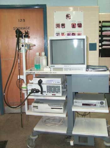 Todos los componentes del videoendoscopio en el carrito comercial en un hospital.