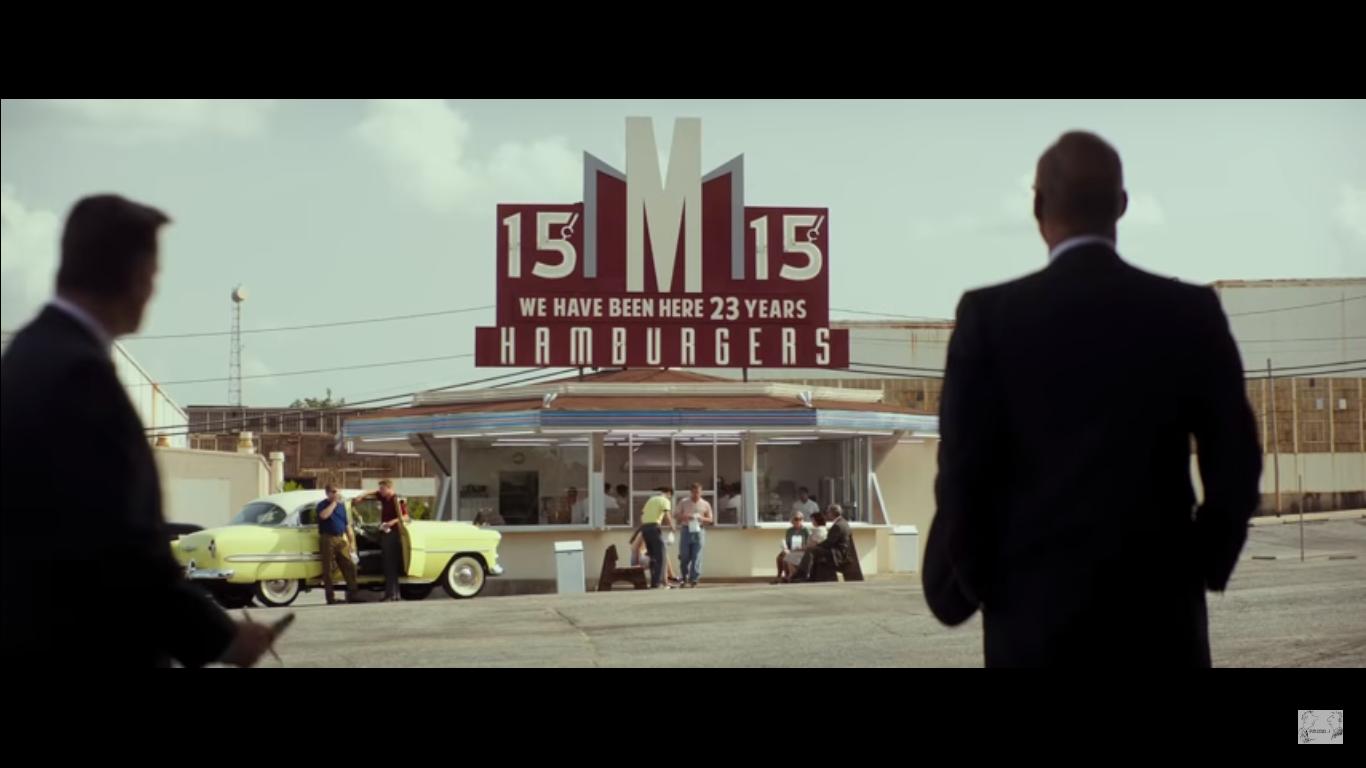 Escena final de la pelicula Hambre de poder (The founder), Ray Croc viendo el local de los hermanos Mcdonadls