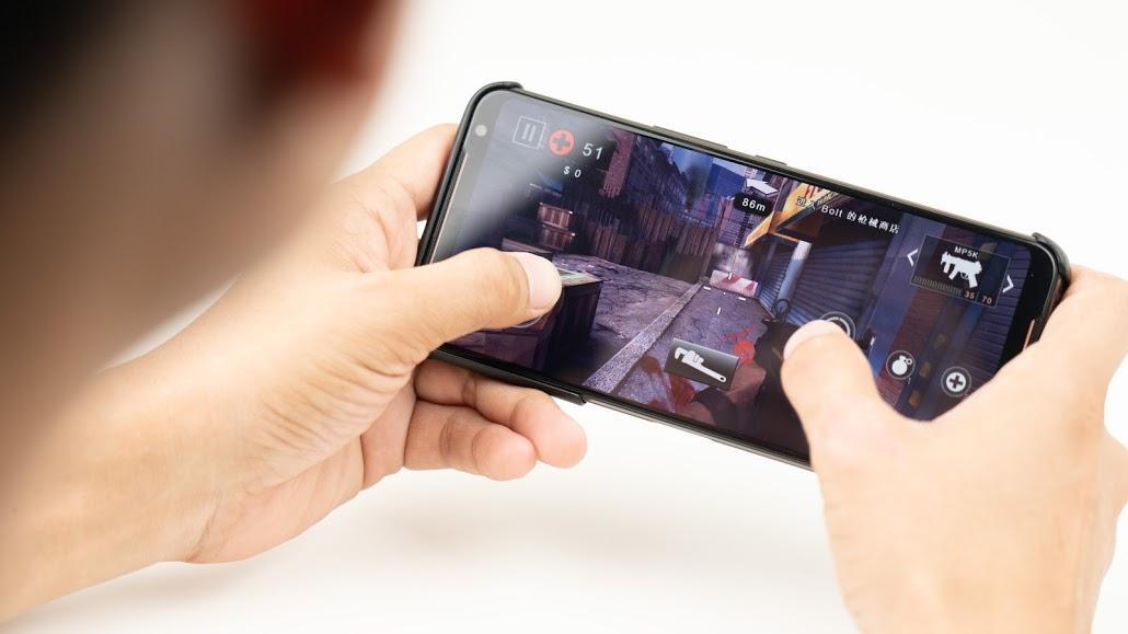 ASUS ROG Phone 2 電競手機!教你如何達到最佳遊戲體驗|PS4 手把配對、120Hz 更新率、高通S855+、遊戲手機推薦、Kunai 遊戲手把、側邊充電 - 12