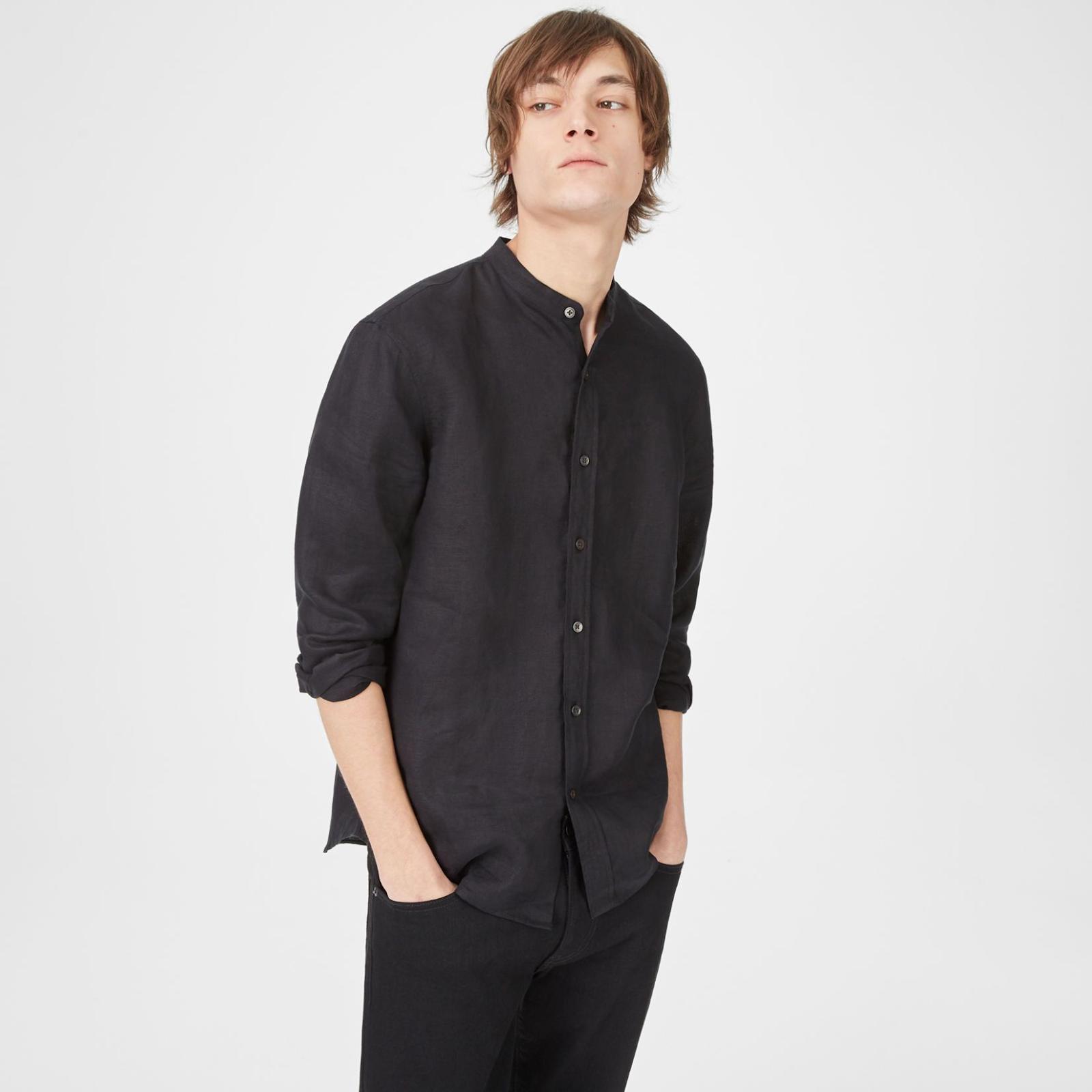 Sơ mi nam vải đũi màu đen che vết bẩn tốt, dễ bảo quản, rất phù hợp với những chàng trai bận rộn.