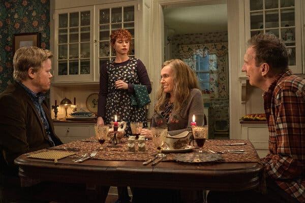 """Charlie Kaufman'ın soldan Jesse Plemons, Jessie Buckley, Toni Collette ve David Thewlis'in yer aldığı """"Sonu Düşünüyorum"""" filminden bir sahne."""