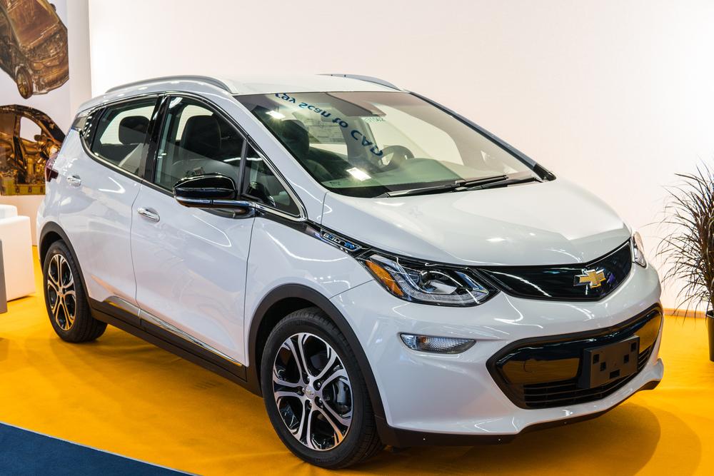O Bolt EV da Chevrolet é um exemplo de veículo elétrico tão arrojado quanto os demais, mas o preço dele dificulta o salto para o modal. (Fonte: Grzegorz Czapski/Shutterstock)