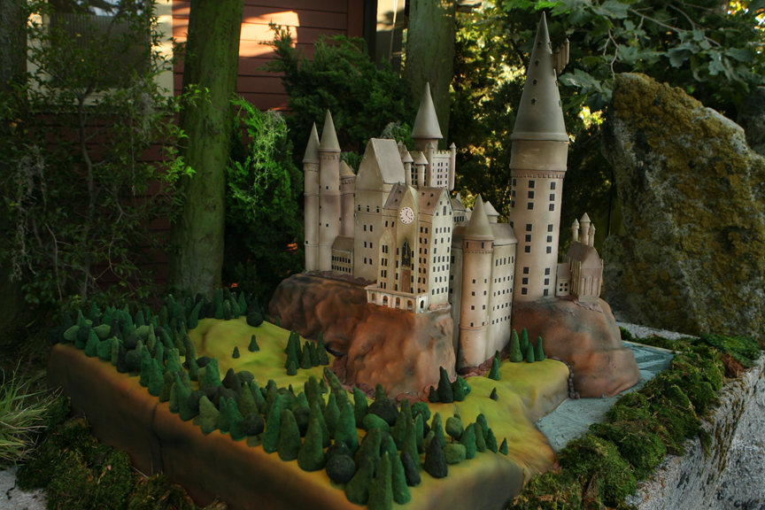 https://pagebookmedia.files.wordpress.com/2013/10/cake-hogwarts.jpg