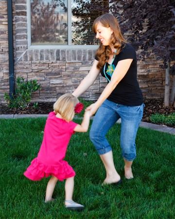 Mãe dançando com a filha