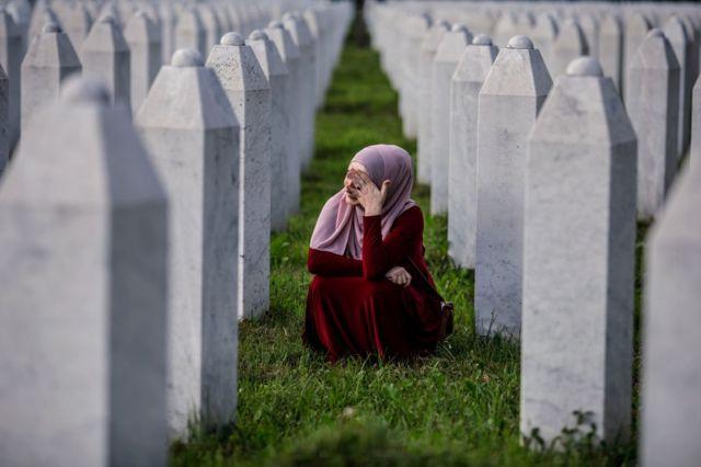 Женщина в мемориальном центре жертв геноцида в селе Поточары в Сребренице