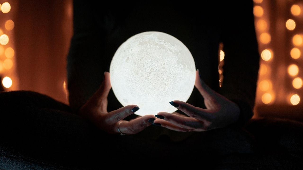 Voyance avec une boule de cristal qui brille.