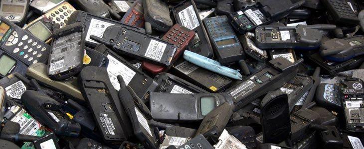 Un grand tas de smartphones obsolètes cassés