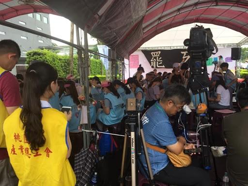 罢工工人讨论工会领导们会带给资方的提案。 //图片来源:杨进
