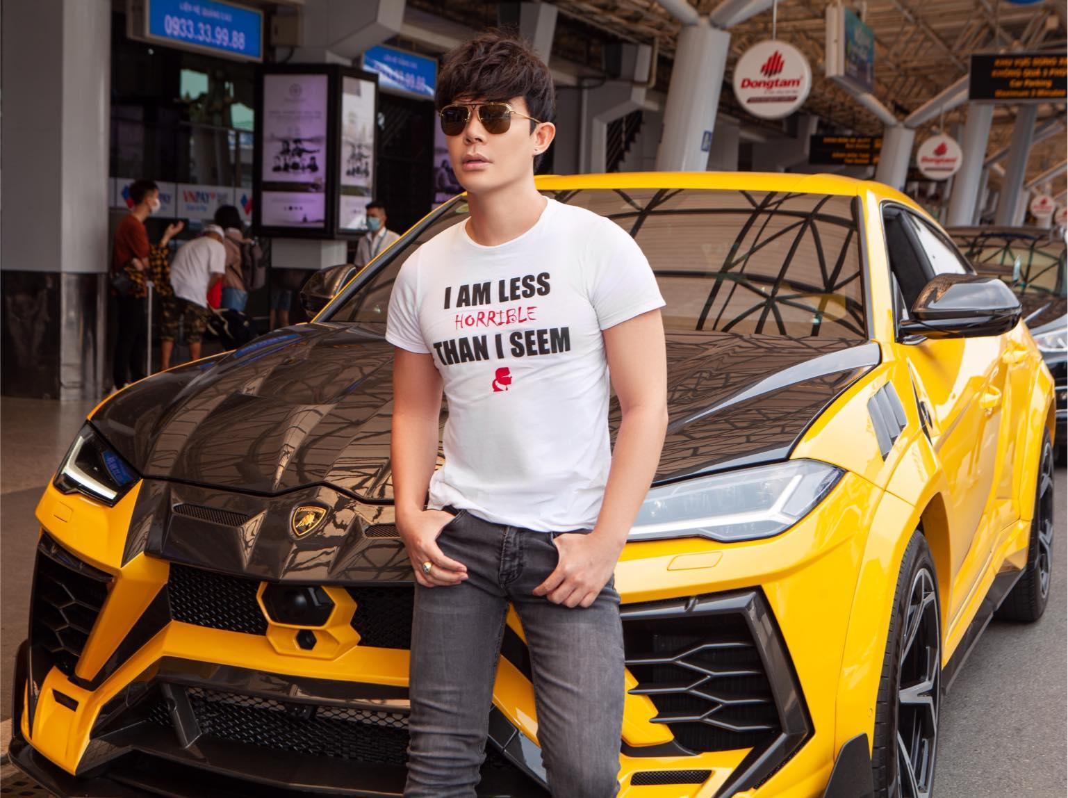 Có thể là hình ảnh về 1 người, đang đứng, kính râm và ô tô
