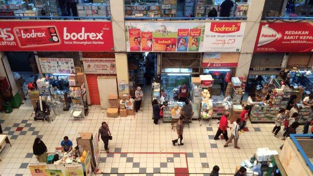 Deretan toko yang menjual obat dan alat-alat kesehatan di Pasar Pramuka, Jakarta, Minggu (7/8).