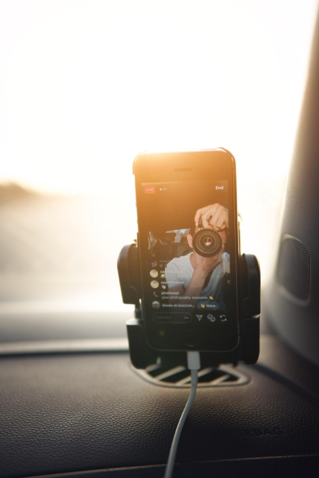 C:\Users\user\Downloads\photo-of-person-holding-black-camera-4668381.jpg