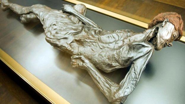 Человека из Гроболла - ныне главную достопримечательность Музея Моэсгорд - убили, перерезав горло