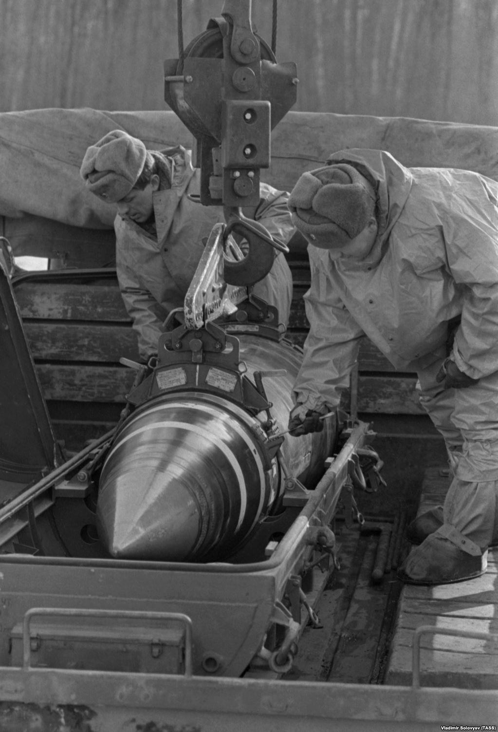 4 січня 1992 року, військовослужбовці кладуть ядерну боєголовку в контейнер