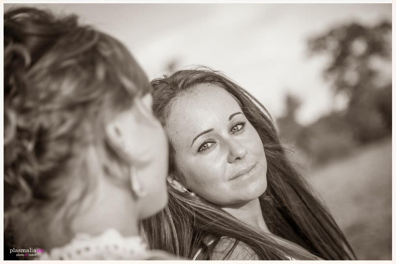 Retrato de una mamá durante una sesión de fotografía en familia.