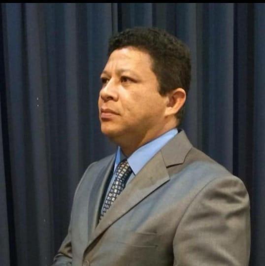 Homem de terno e gravata  Descrição gerada automaticamente